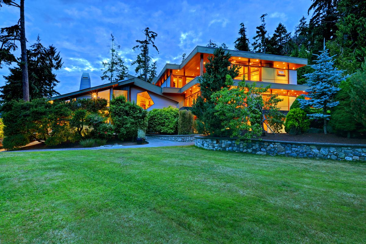 Mansions in Stunning Waterfront architectural estate home in Canada