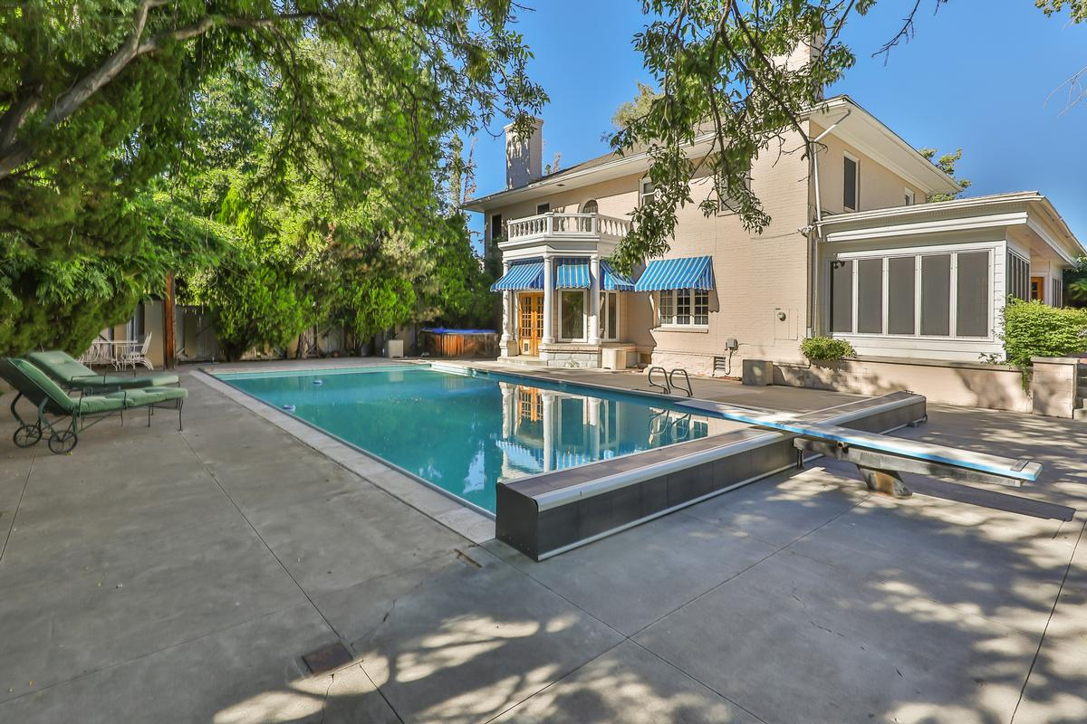 Luxury properties Elegant Ridge Street Estate
