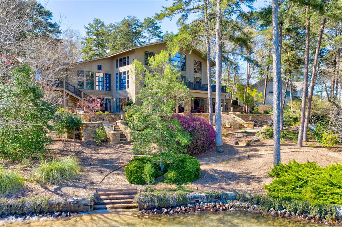 Luxury homes A Beauty Inside and Out on Lake Keowee