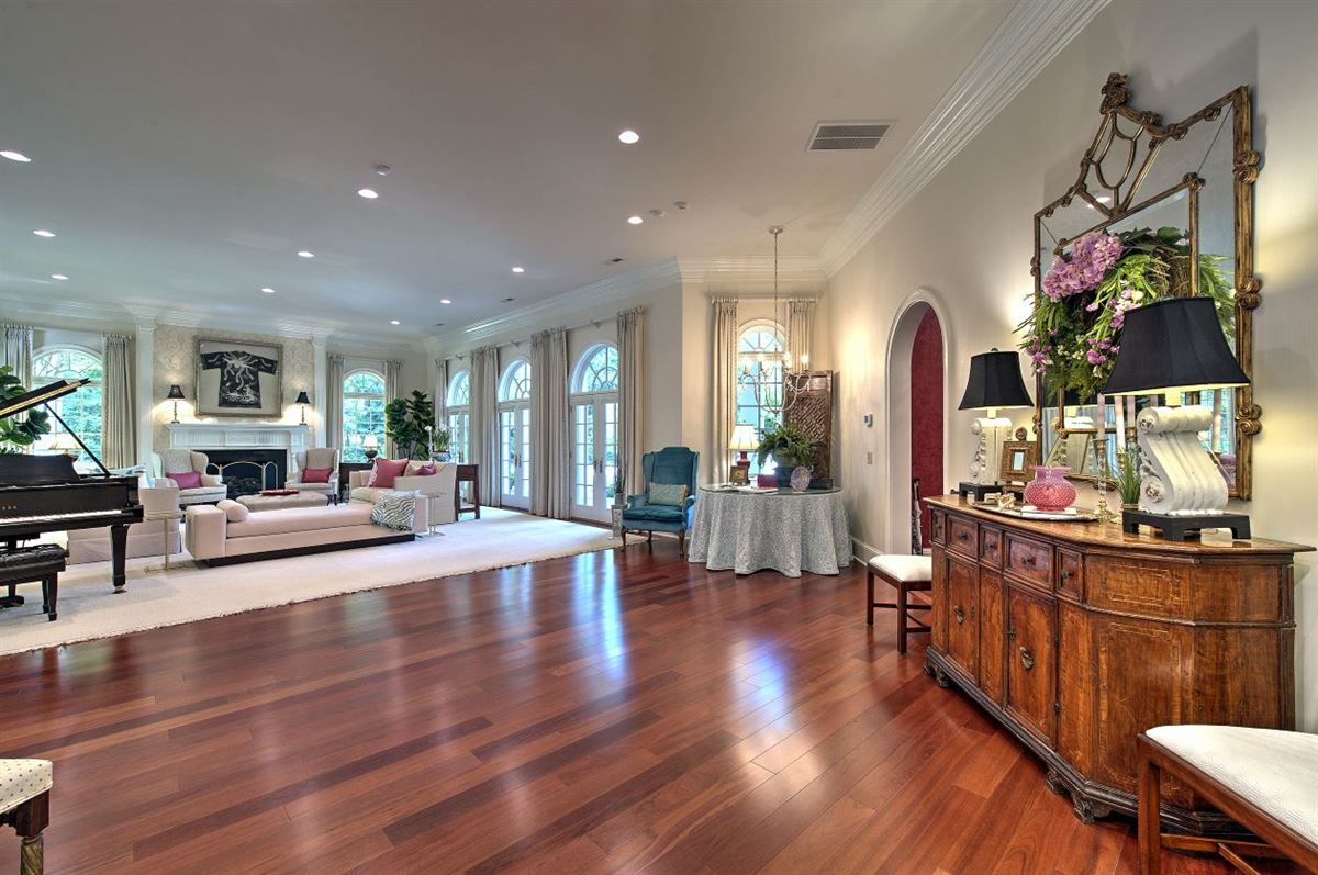 Luxury homes Spectacular estate nestled on 8.51 acres