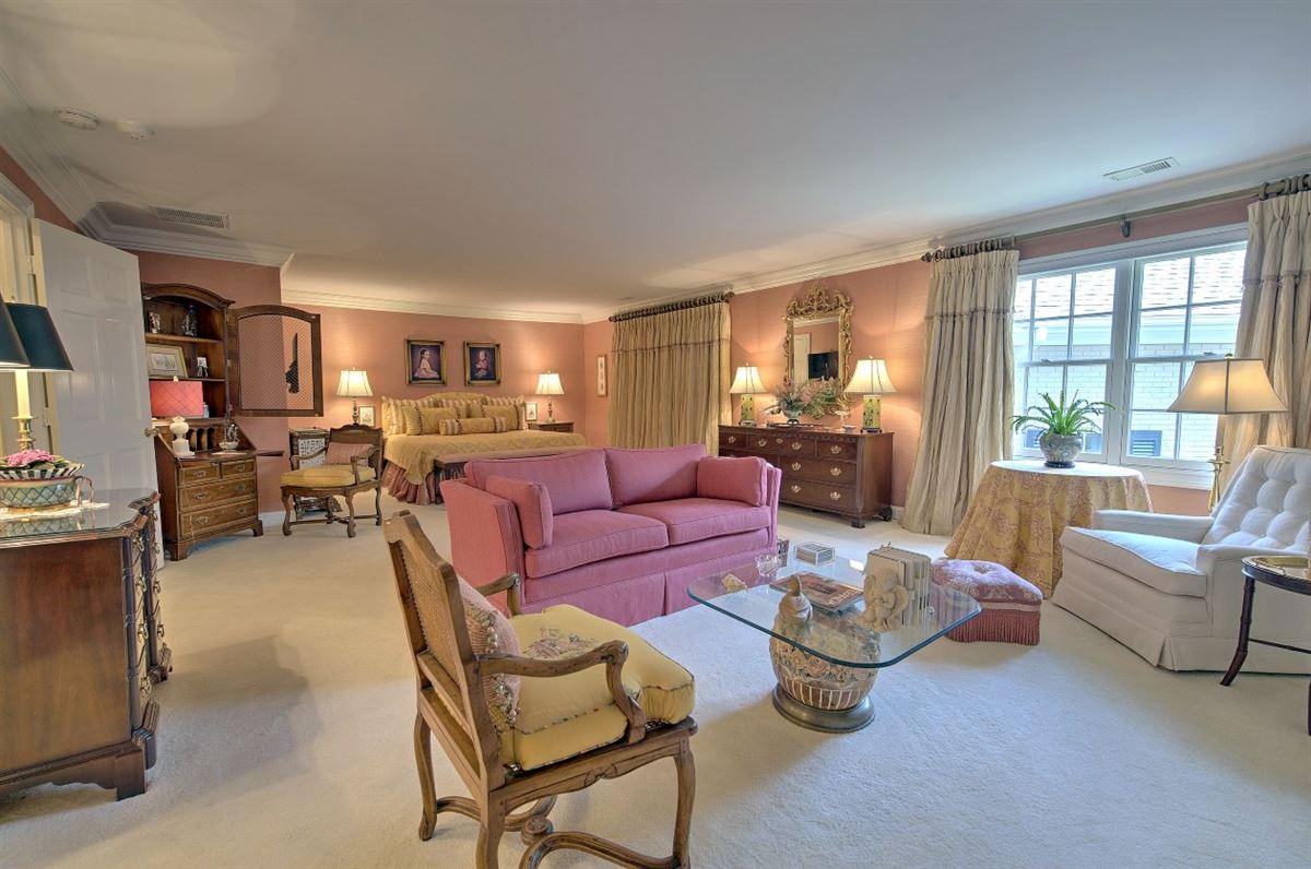 Luxury real estate Spectacular estate nestled on 8.51 acres