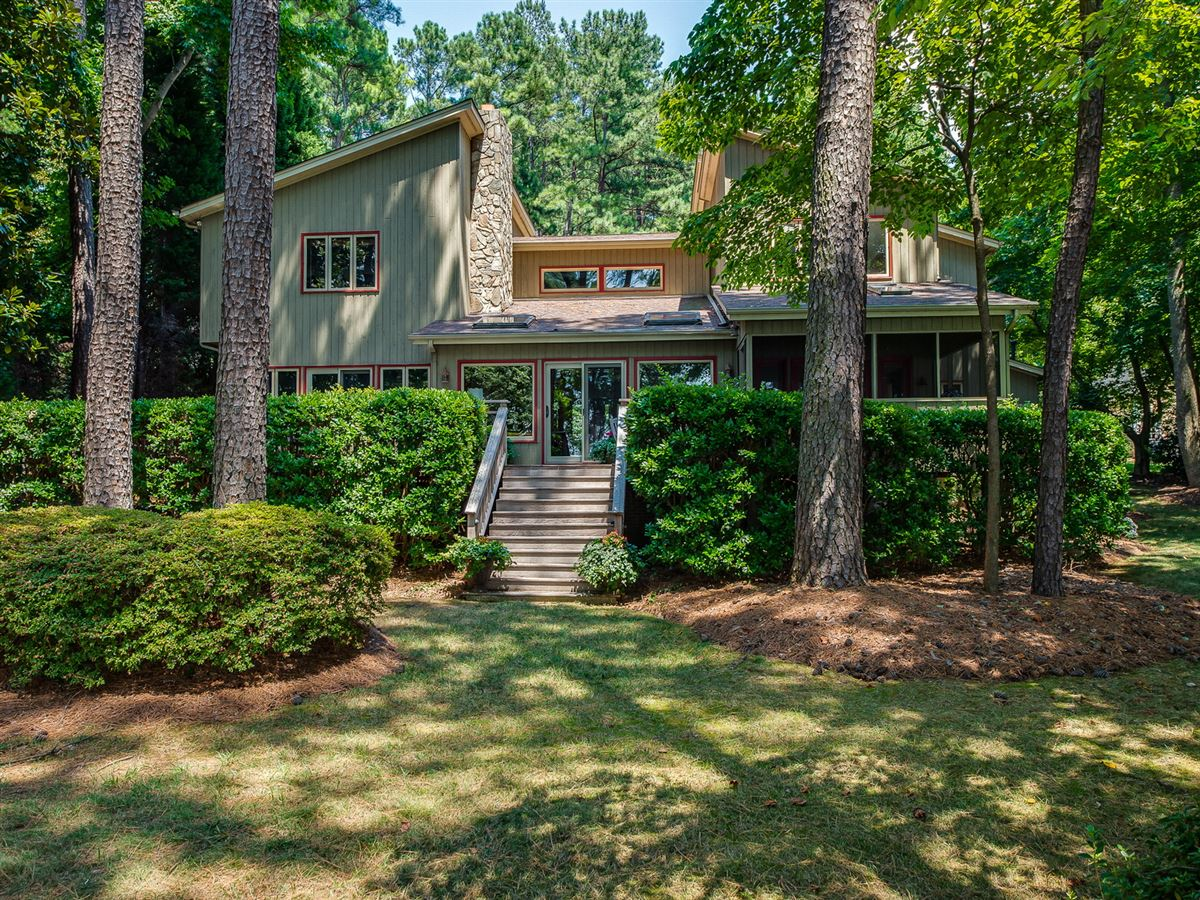 Luxury properties Amazing lake level waterfront home