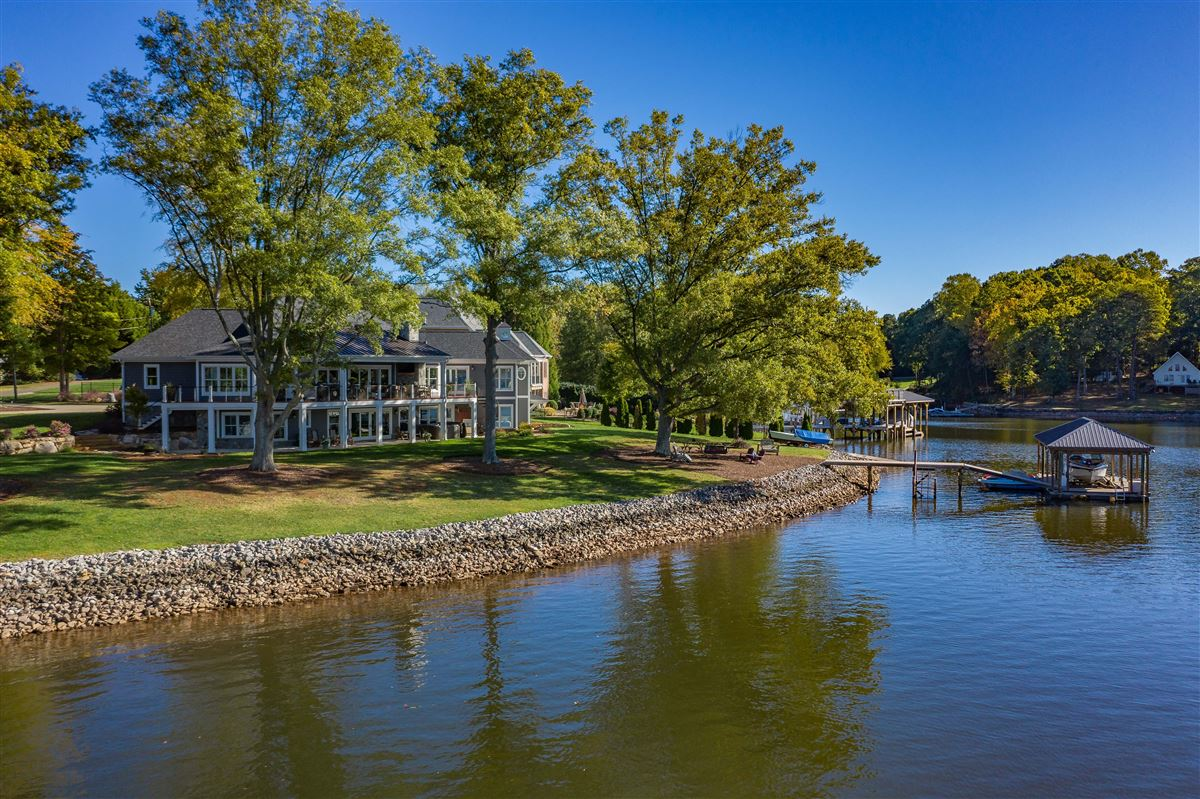 Mansions in Spacious waterfront home