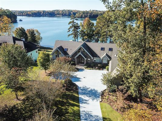 Luxury homes in Picturesque lake views