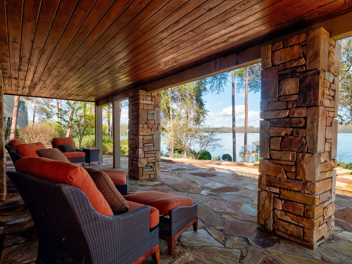 Luxury real estate A Beauty on lake keowee
