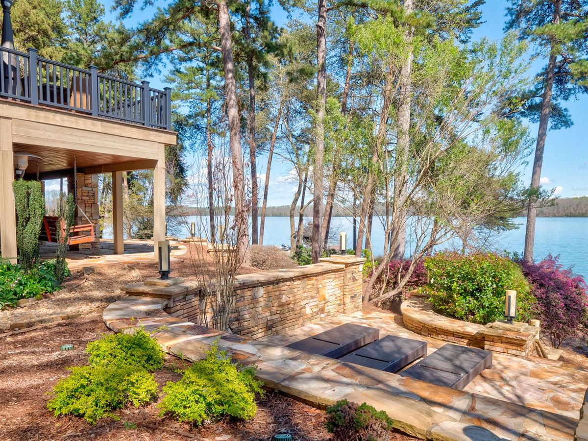 Luxury properties A Beauty on lake keowee