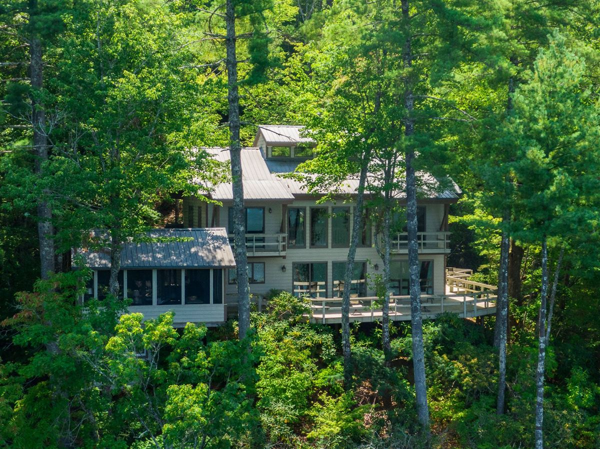 Luxury homes EXCLUSIVE LAKE JOCASSEE HOME