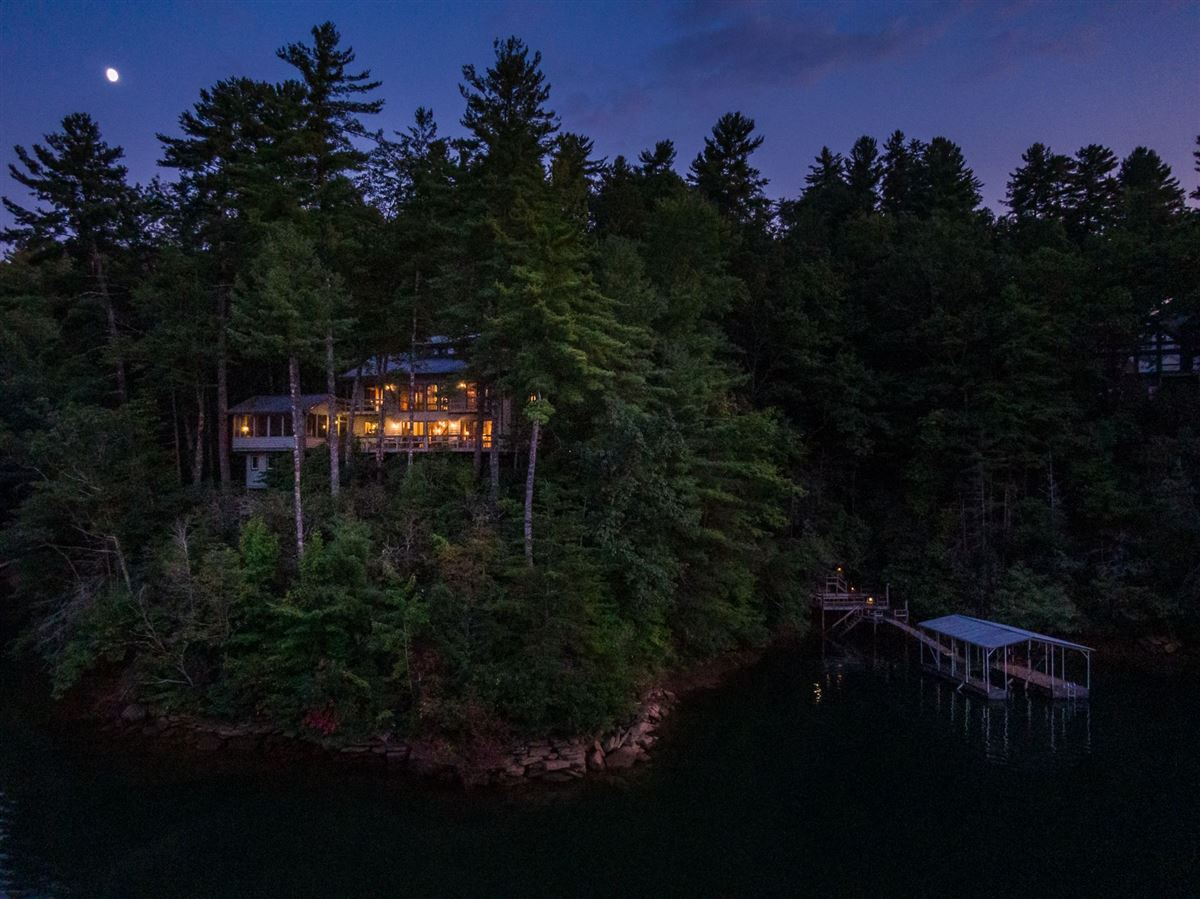 Luxury real estate EXCLUSIVE LAKE JOCASSEE HOME