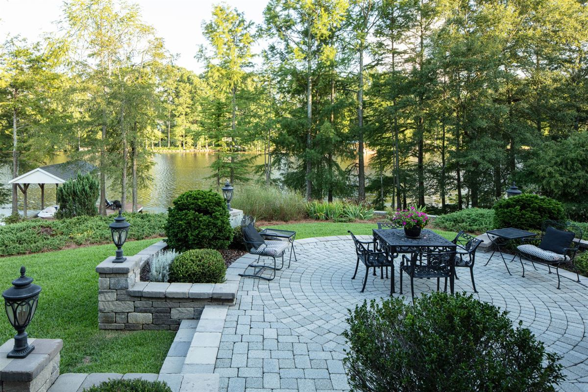 Luxury properties Soothing views of Holt lake
