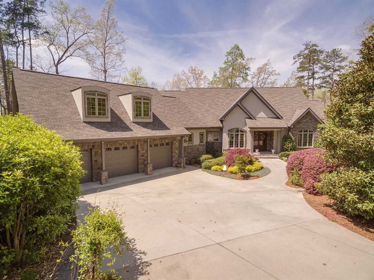 Luxury homes standout home on Lake Keowee