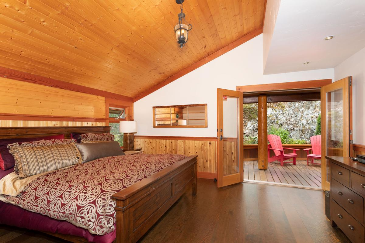 Luxury properties Magnificent Post and Beam Chalet