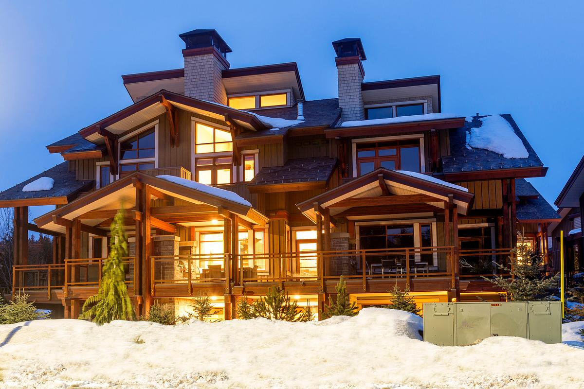 Lakefront Log Home In The Mountains British Columbia
