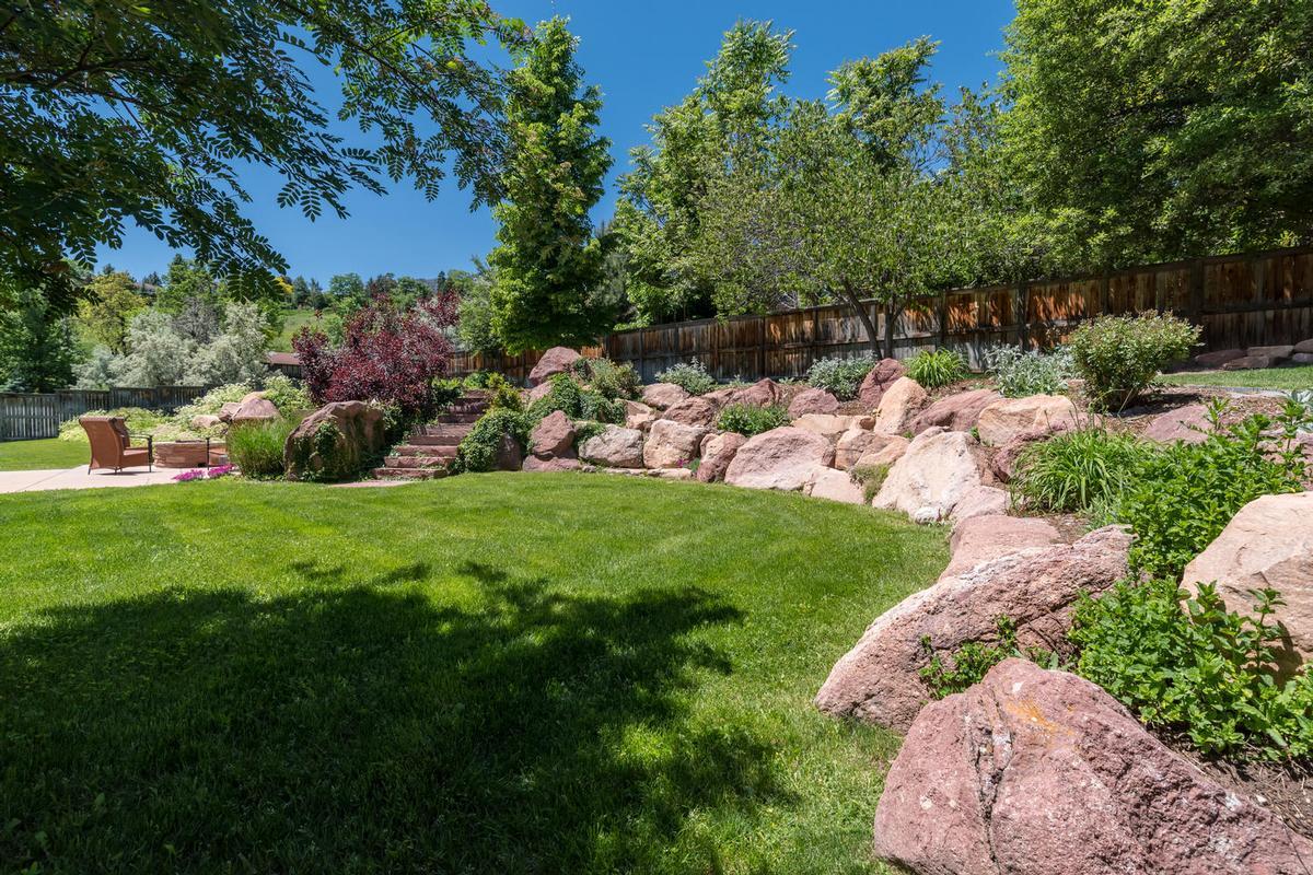 Luxury properties Elegant Open Boulder Sanctuary