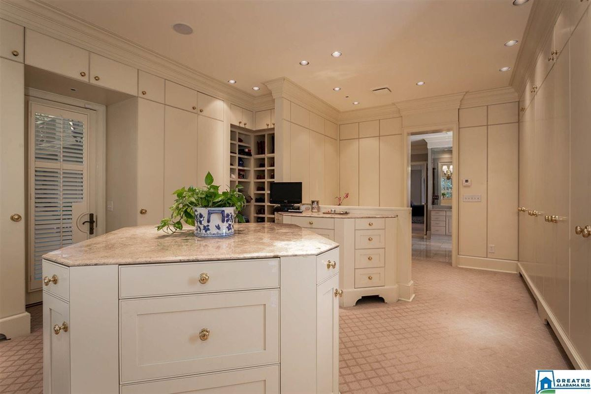 Luxury homes in Gorgeous estate home in Abingdon