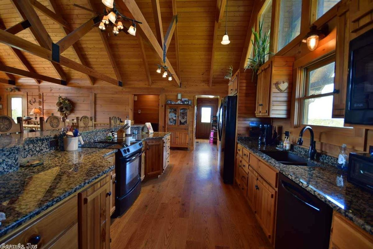Luxury homes 200 acres in White County