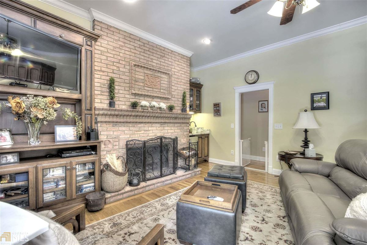 beautiful brick ranch on 28 private acres mansions