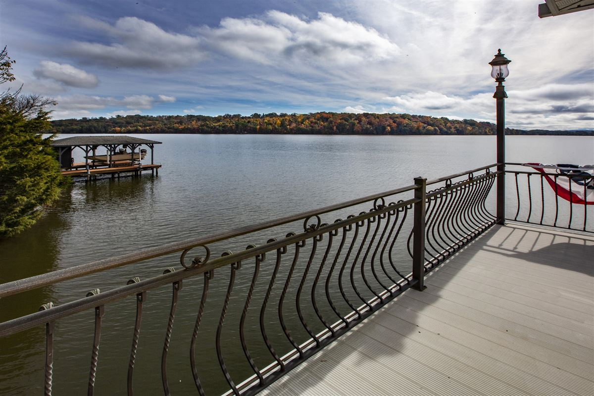 Gorgeous lakefront and golf-front home luxury properties