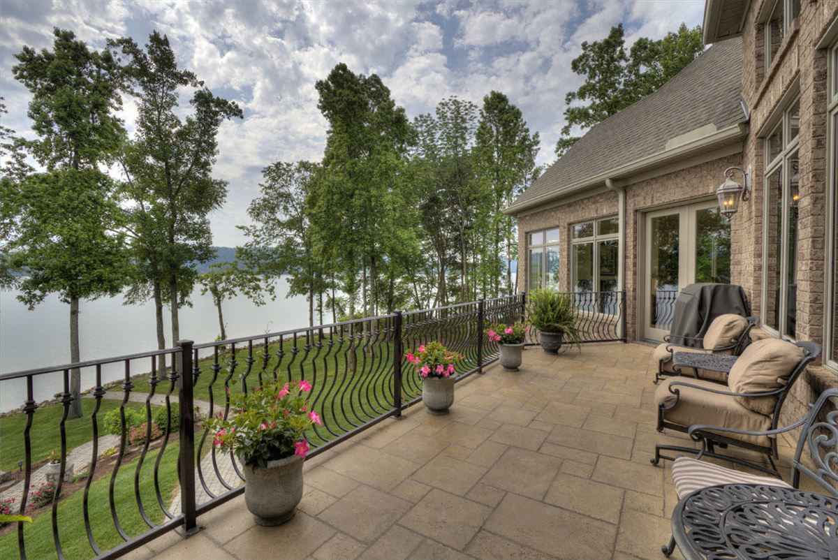 Luxury real estate Absolutely stunning lake estate in Grande Vista Bay