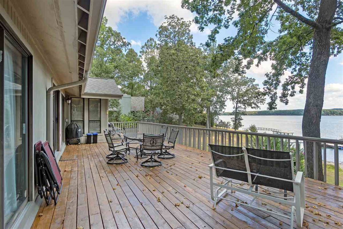 Luxury homes Old Pickwick waterfront cabin
