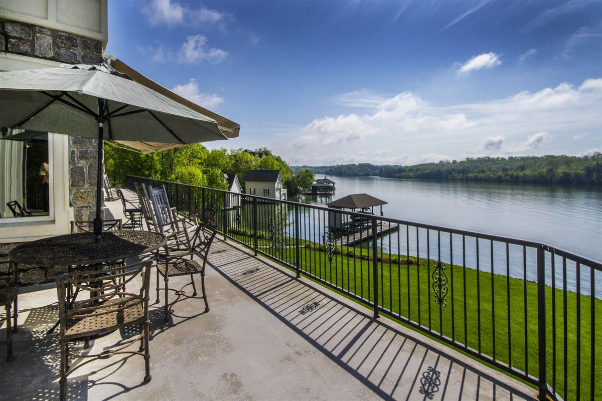 Luxury homes in Panoramic lake and mountain views