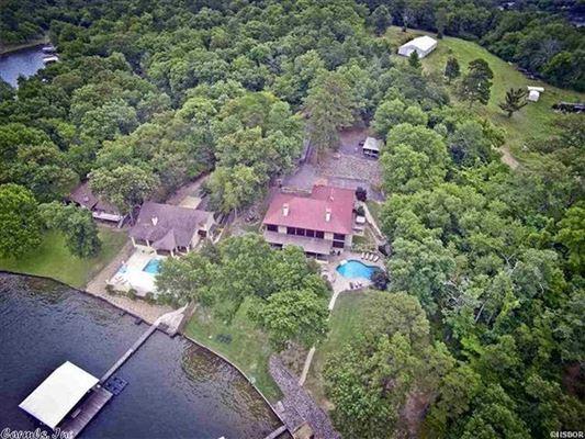 Luxury properties Luxurious Lake Estate in hot springs