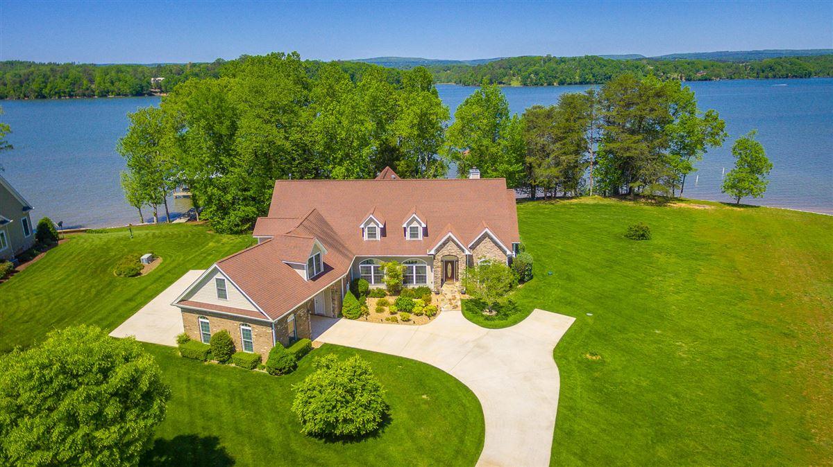 Elegant riverfront estate luxury homes
