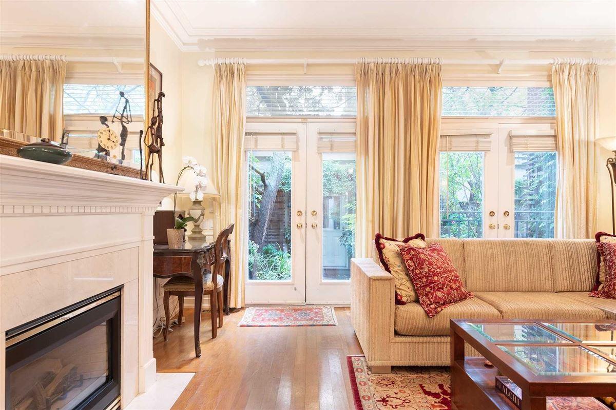 Luxury homes New York Style Georgian Brownstone