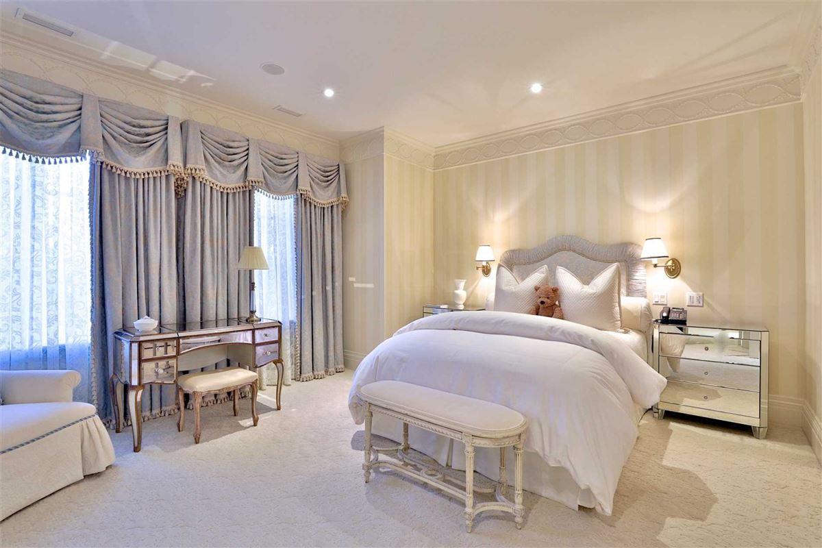 Mansions Awe-inspiring estate on desired road
