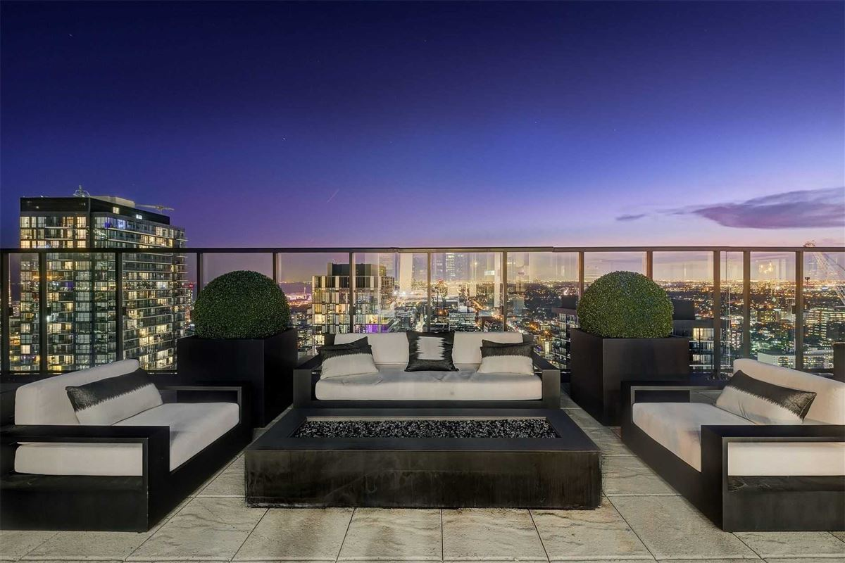 Luxury homes Full floor penthouse at the bond
