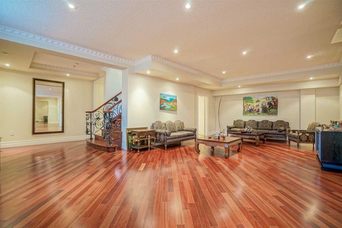 Luxury homes in estate mansion in prestigious location