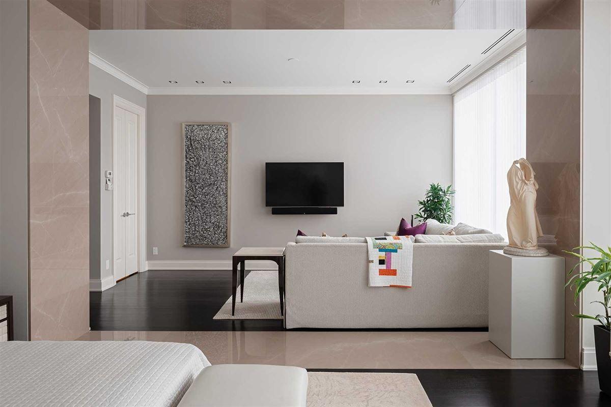 Mansions in spacious full-floor residence in museum house