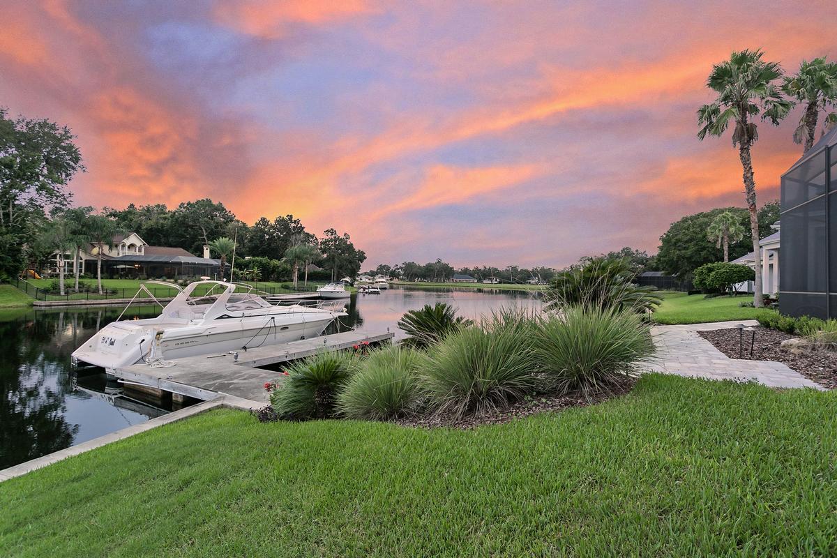Luxury properties Exquisite navigable waterfront property