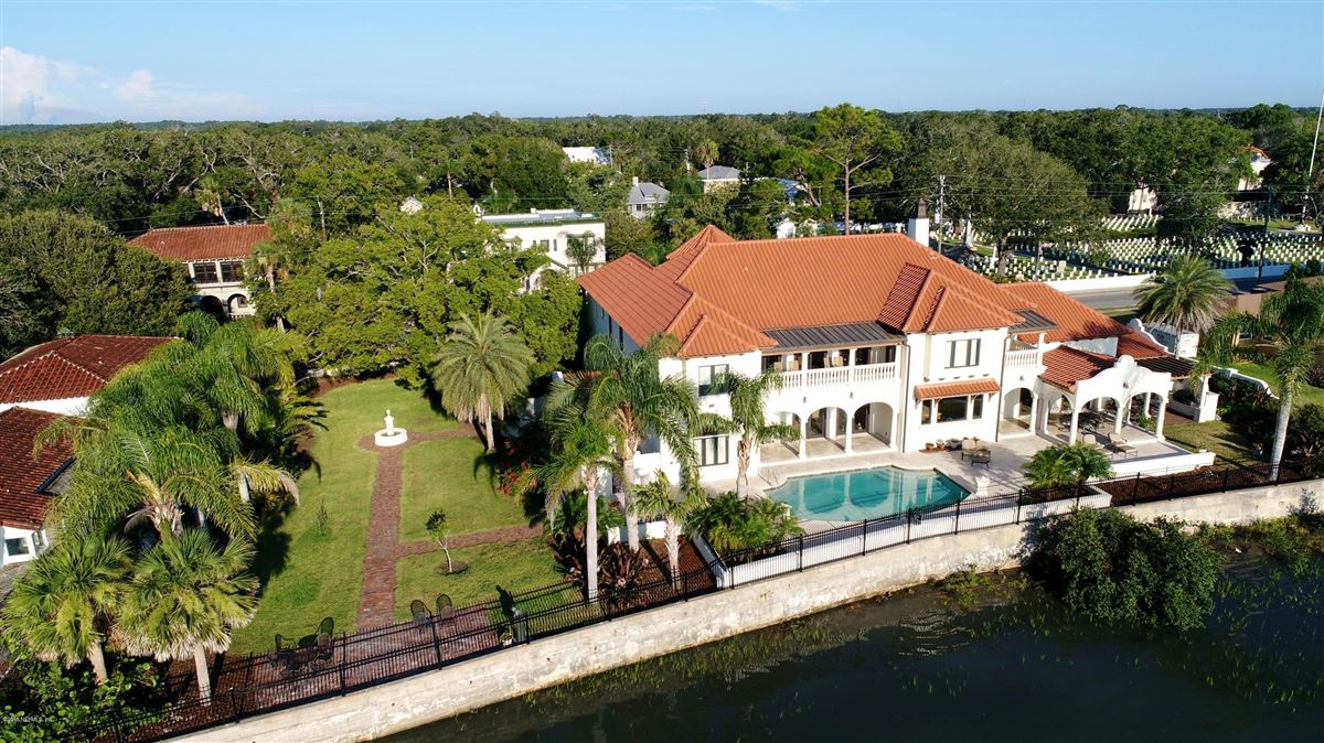 Luxury homes waterfront home in the heart of the historic district