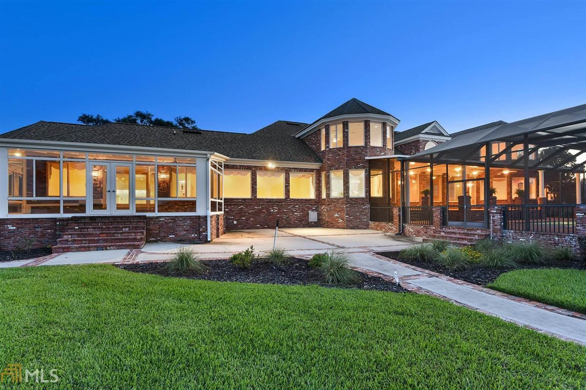 Luxury homes in private riverfront retreat