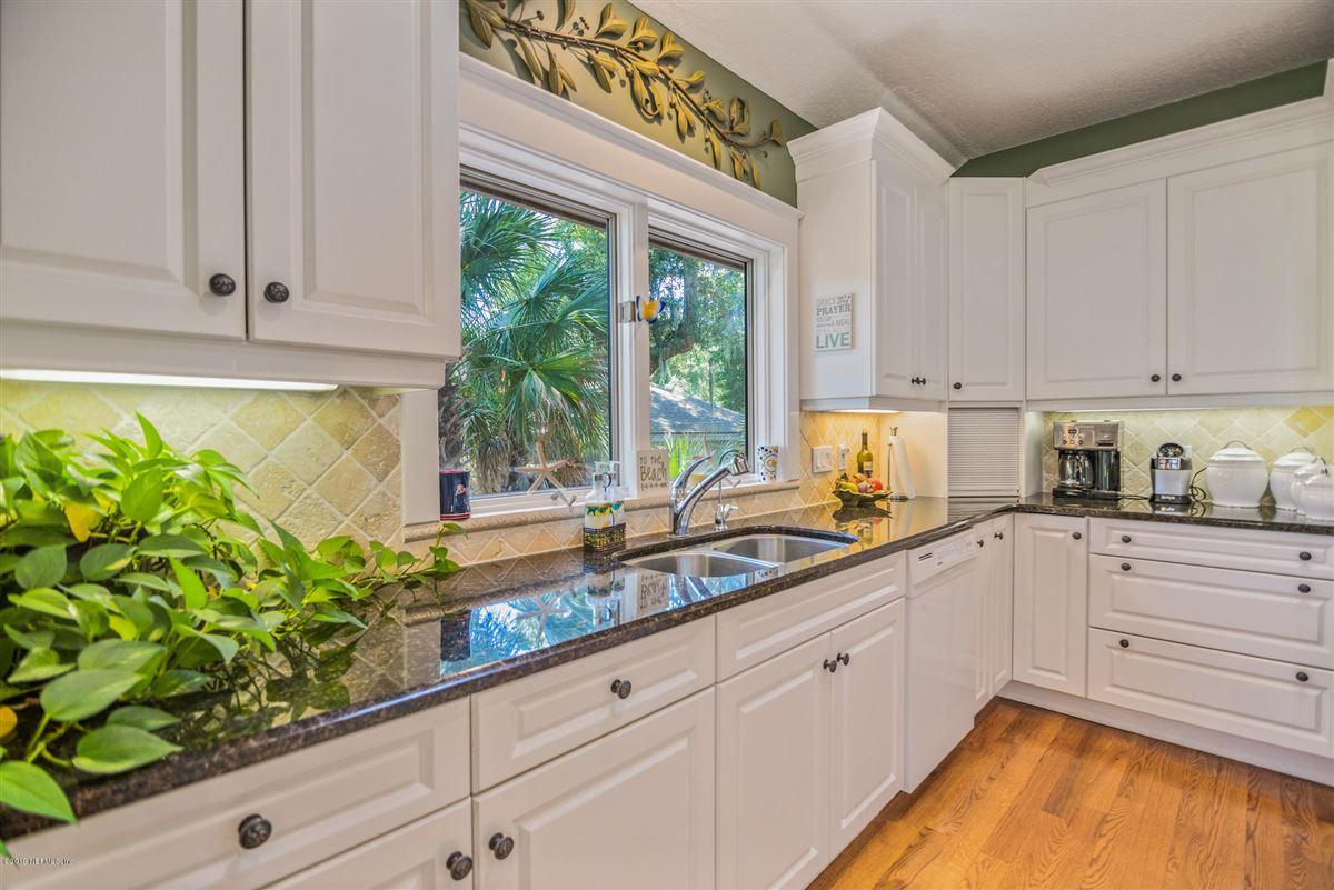 Luxury homes in beautiful home overlooking Oaks Marsh golf course