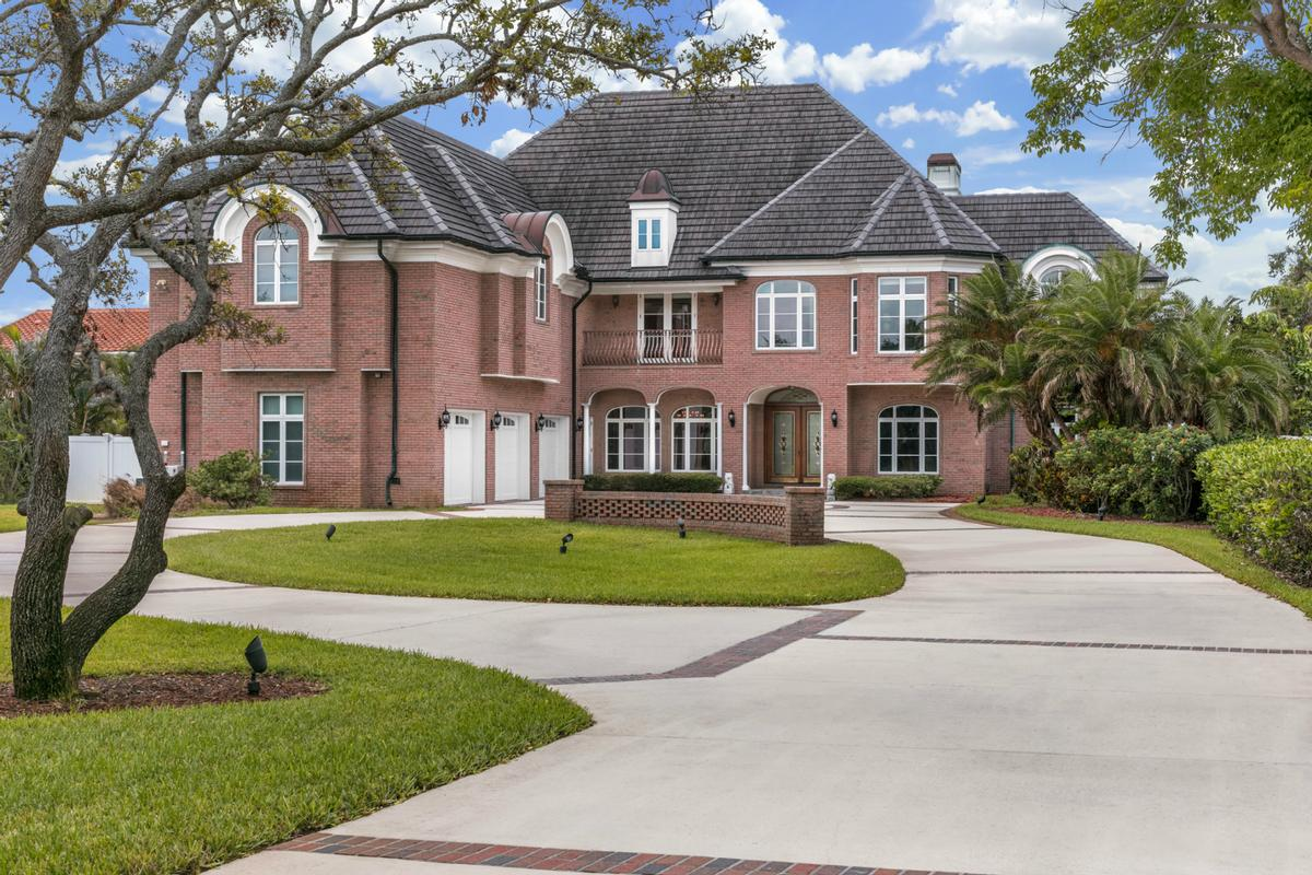 Luxury homes in stunning mansion on 1.49 acres