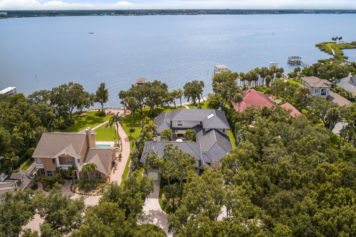 Luxury homes in spectacular gated riverfront home