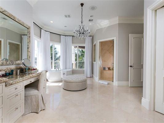 Elegantly relaxed seaside estate luxury homes