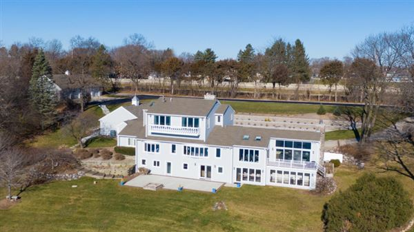 Mansions This spectacular updated lake home has over 230 feet of pristine frontage