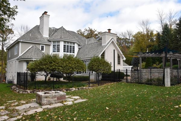 Mansions in superbly crafted home in Brookfield