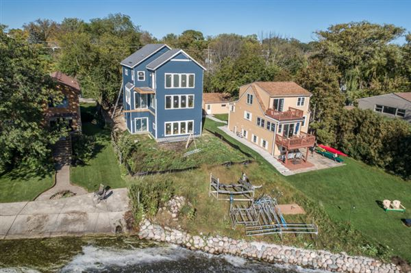 Luxury homes Enjoy lake living at its best