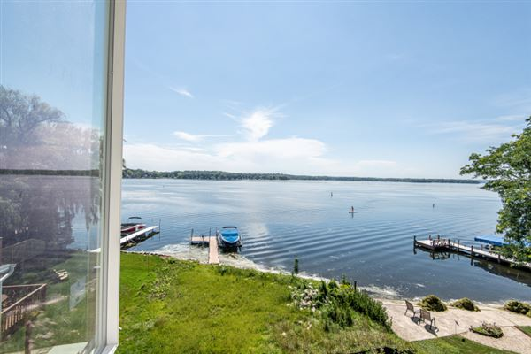 Luxury properties Enjoy lake living at its best