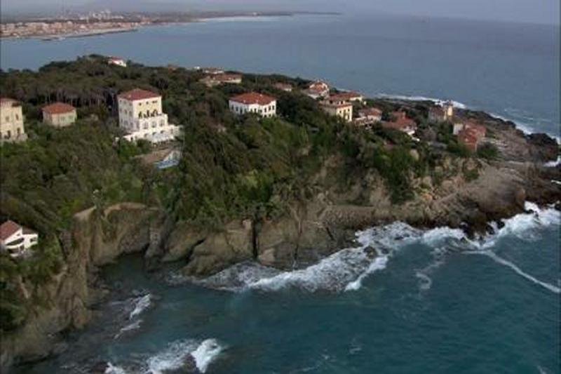 Luxury homes PRESTIGIOUS VILLA WITH DESCENT TO THE SEA