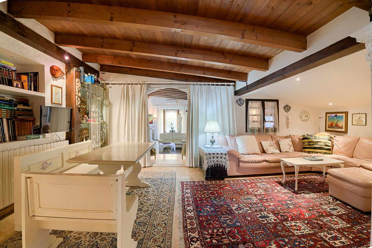 ECLEcTIC SINGLE VILLA IN PARONA mansions