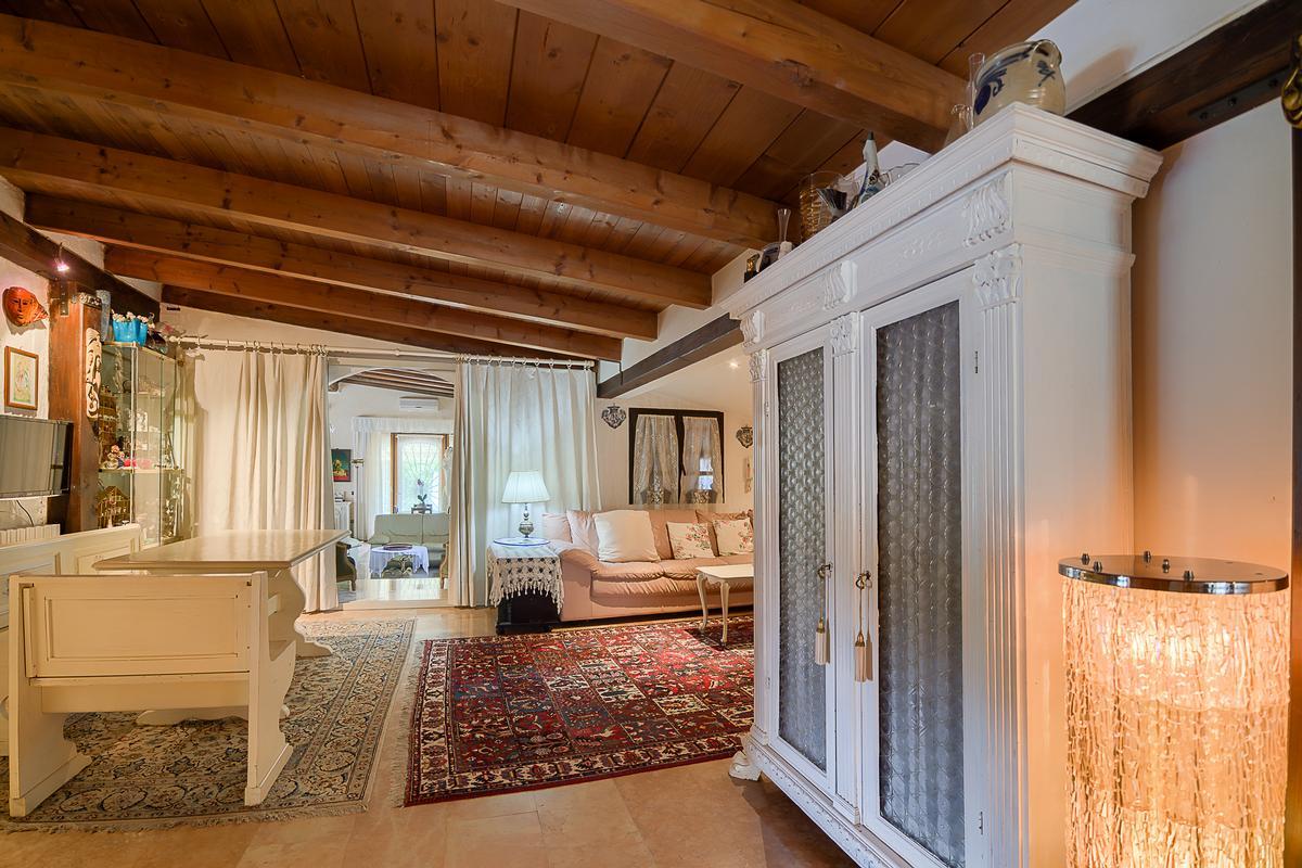 Luxury properties ECLEcTIC SINGLE VILLA IN PARONA