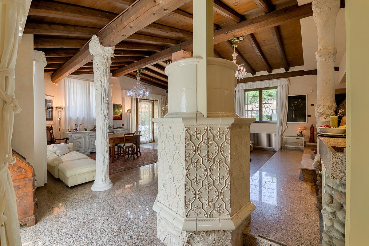 ECLEcTIC SINGLE VILLA IN PARONA luxury properties