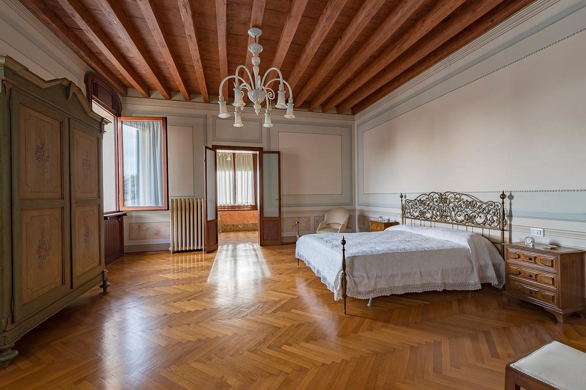 A CLASSY AND CHARMING VILLA IN LENDINARA ROVIGO luxury properties