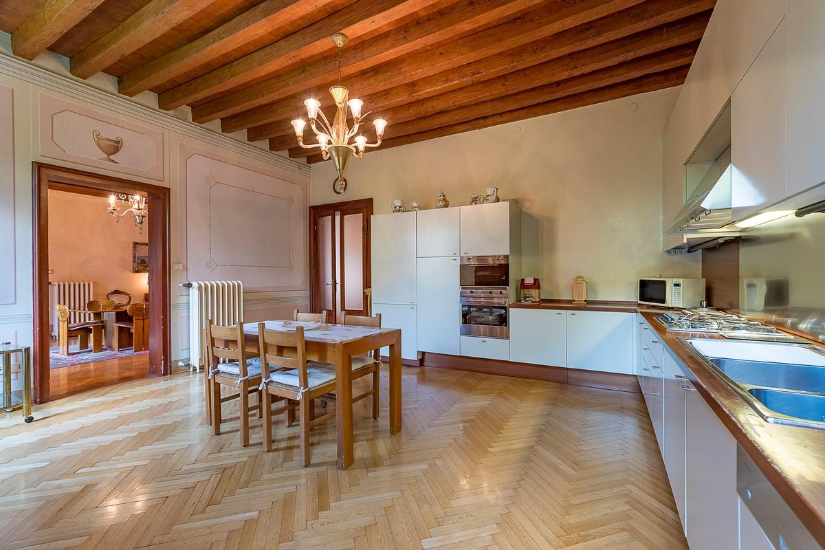A CLASSY AND CHARMING VILLA IN LENDINARA ROVIGO luxury real estate