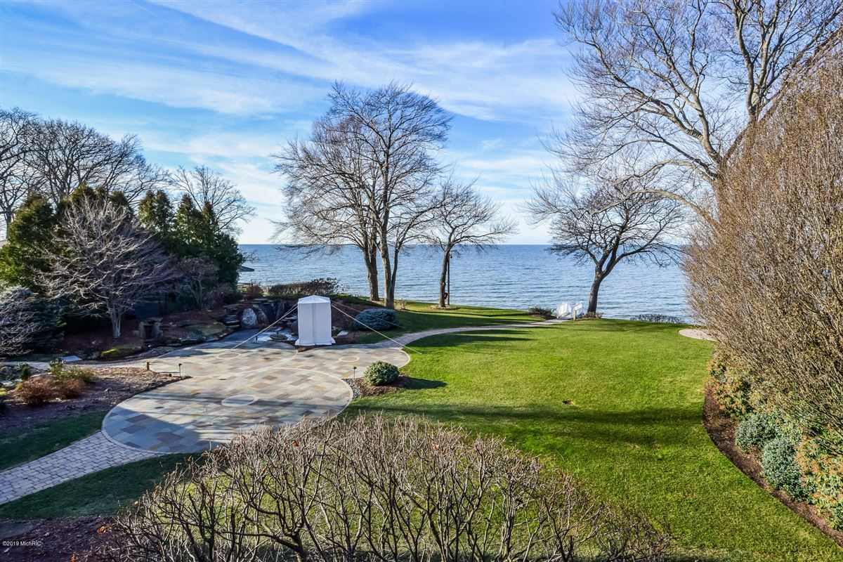 Magnificent lakefront estate with over 17,000 square feet luxury properties