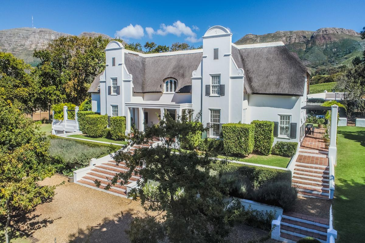 Gracious Equestrian Homestead In Cape Town
